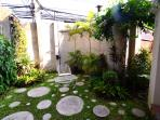The hidden garden! Romance time!