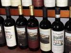 la cantina sotto casa produce e vende ottimi vini e olio...