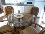 Table et chaises rembourées, et ce qu'il faut pour cuisiner et être autonome pour vos repas.