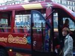 Bus turistico per visitare le bellezze dell 'intera città , con fermata all 'esterno del palazzo