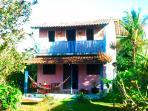 Casa colorida e aconchegante  , com dois pavimentos; espaçosa suite no mezanino