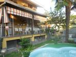 scorcio retro giardino con micro-piscina e terrazza colazioni all'aperto