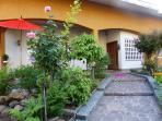 ingresso, scorcio giardino fronte e terrazza relax fumatori