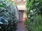 Giardino e porta d'entrata all'appartamento