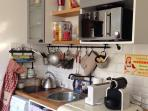 Une cuisine bien equipee et joliment decoree / the kitchen is well equiped for self catering