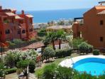 La vista de la terraza al mar y piscina