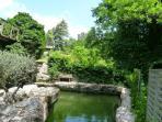 bassin naturel et vue sur les ruines du château