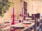 une grande table en bois  pour partager un bon repas avec la famille ou entre amis .