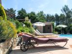 plage de la piscine aménagée + pool-house