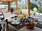 service du petit déjeuner dans la véranda ou à l'intérieur