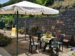 Giardinetto ingresso con zona pranzo/relax: gazebo, tavolino e sedie, giochi per i più piccoli