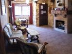 Cómodos salones en Casa Rural la Robliza