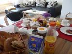 Frühstückstisch in Wohnküche
