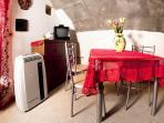 Rosa dei Venti - angolo pranzo con tv - Alghero Centro Storico