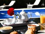 Enjoy your breakfast next to the pool !