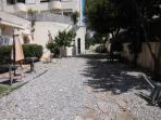 Jardin de 500 m2 compartido con 3 apartamentos, con ducha exterior y zona de barbacoa