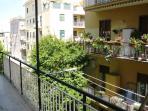 Balcone con tende da sole per tutta la lunghezza dell'appartamento