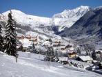 Chef lieu d'Hauteluce avec vue sur le Mont-blanc