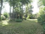 Le jardin avec trampoline et balançoire
