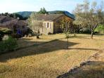 Un grand jardin, en terrasses, planté d'arbres (oliviers, figuiers, tilleuls, néfliers, chênes) et d