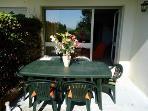 la terrasse avec sa salle à manger extérieure pour diner au coucher du soleil