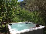 Beautiful jacuzzi with an idyllic view (available all year except in July and August)