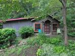 Charming Authentic 70 year old cabin filled w artwork,perfect for a romantic get away