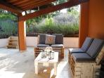il porticato con sedute relax - the porch with sitting area