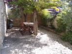 espace repas dans le jardin
