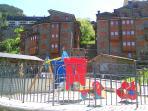 Vista frontal del edificio, incluye parque para niños
