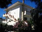 Villa Bianca al mare, baciata dal sole, arieggiata offre vacanze piacevoli con mare, sport, relax...