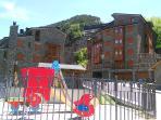 Vistas de la urbanización con parque para niños