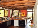 Blick von der Küche zur Hausbar und Wohnzimmer