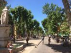 Le cour Mirabeau à Aix en Provence et la statue du Roi René