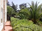 Particolare doccia esterna piano terra (vista giardino)