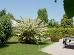 un jardin clos et arboré où votre intimité est préservée