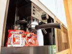 La macchina del caffè incorporata nel mobile della cucina, con le cialde del kit di benvenuto