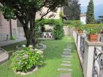 spazio giardino con berceau sotto la glicine