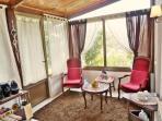Salon privatif avec TV, minibar, bouilloire, thé/café
