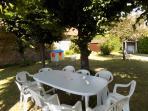 Les jardins, avec cabanes et jeux pour enfants