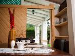 foto sala da pranzo ubicata nel porticato con vista sul prato