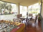 Un amplio porche donde conversar o jugar al futbolin