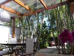 Terrasse couverte près du barbecue et du salon d'extérieur