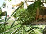 grand jardin en L de 175 m2 avec 3 terrasses