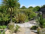 2 The Granary holiday cottage in Brighstone - tropical garden