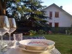 Possibilità di gustare piatti tipici della tradizione marchigiana in giardino.