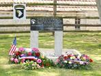 plaque en hommage aux quelques parachutistes PERDU de la 101 AIRBORNE, ici en ce lieu de mémoire