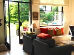 la pièce principale donnant sur les terrasses ,  le jardin , la piscine , le bord de Seine