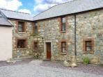COASTGUARD COURT, cottage with garden, sun room, close to beach, Cullenstown Ref