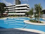 Vista de la piscina y area de parqueos